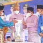 Saat Wagub Abdullah Sani menyerahkan piala juara umum MTQ Tingkat Provinsi Jambi kepada Bupati Tanjabbar